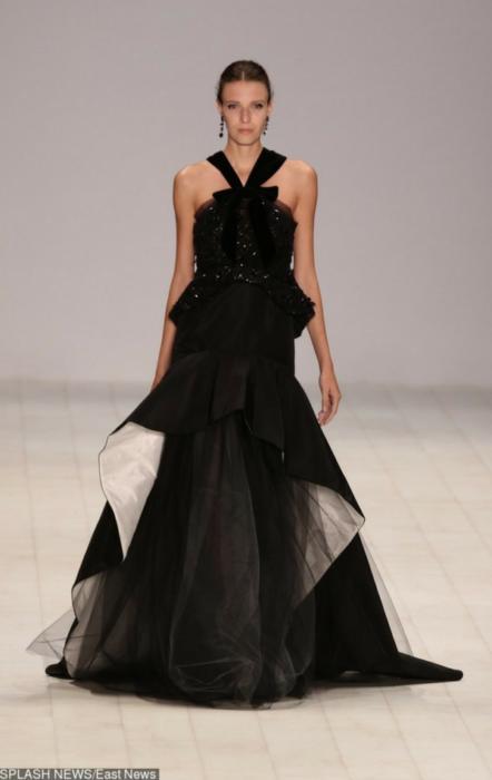 Czarna suknia z tiulem