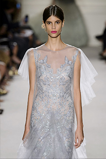Nie czujesz się najlepiej w śnieżnobiałej sukni? Alternatywą może być srebrnoszara suknia, która będzie prezentować się równie okazale