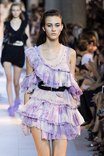 Odcień błękitu z fioletem idealnie sprawdza się przy zwiewnych sukienkach