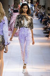 Modne spodnie w subtelnej mieszance błękitu z fioletem od Roberto Cavalli