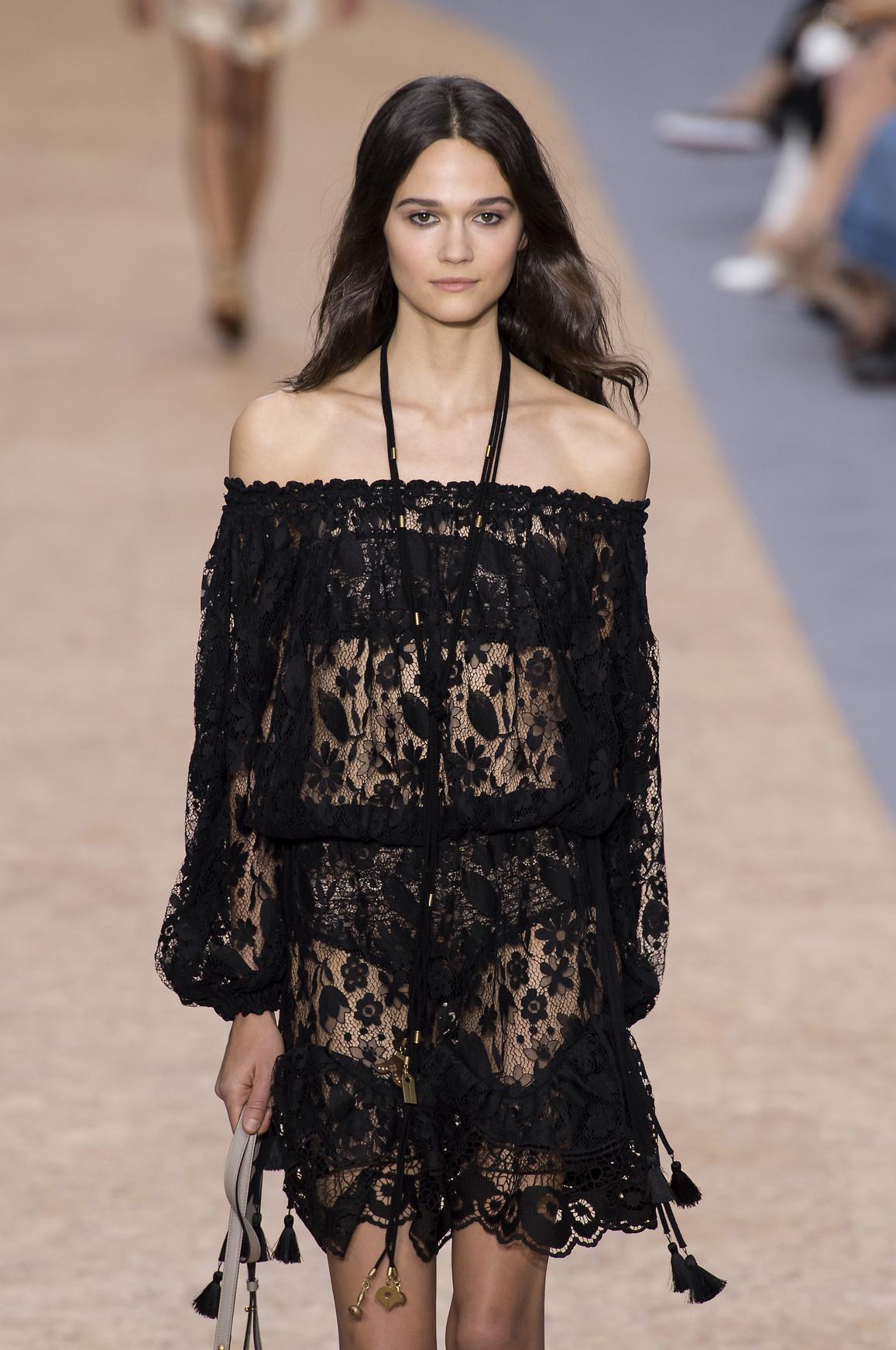 Czarna sukienka z hiszpańskim dekoltem, Chloé, wiosna/lato 2016