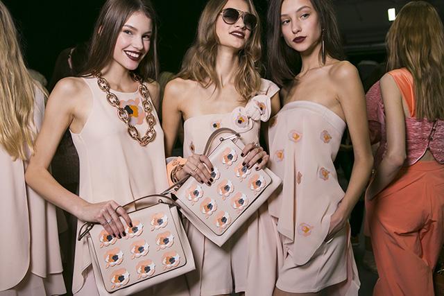Emporio Armani prezentuje modny pudrowy róż