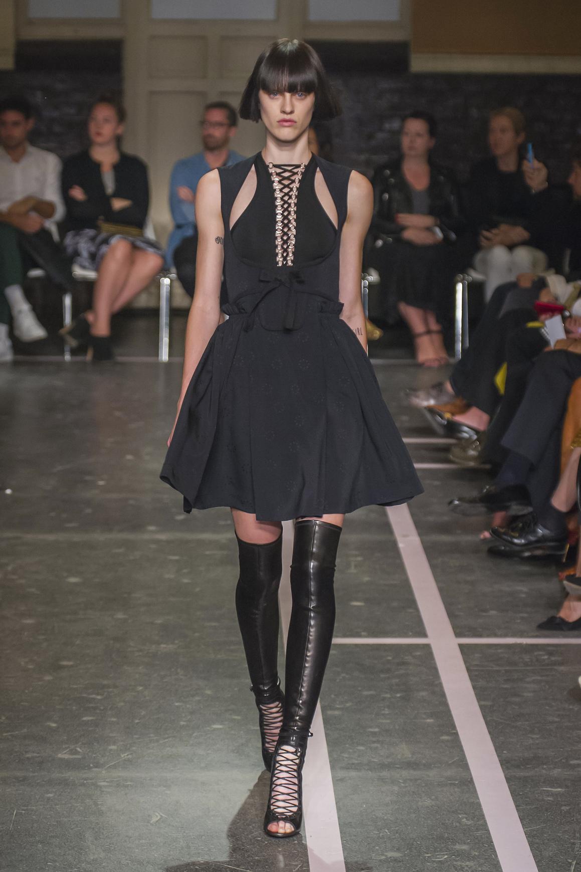 Stylowa czarna sukienka od Givenchy ze sznureczkami