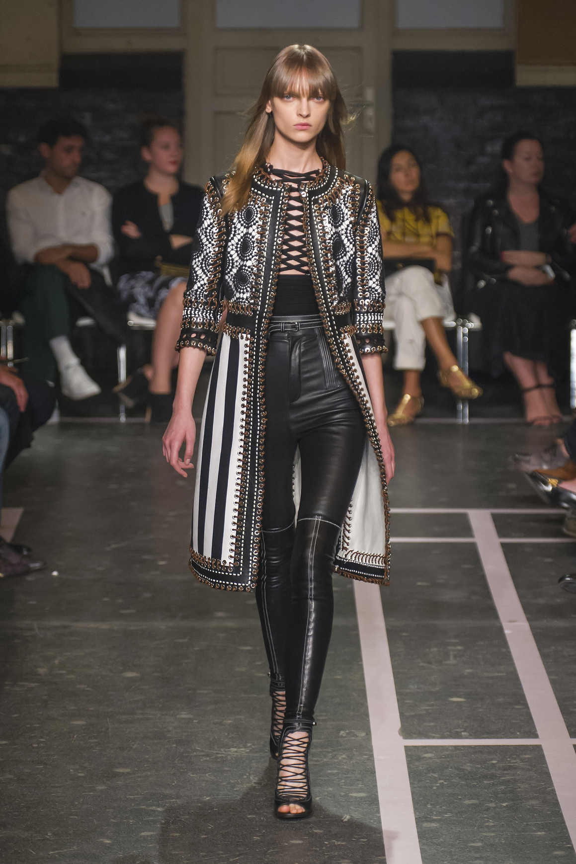 Nowy trend na bluzki ze sznureczkami, według Givenchy