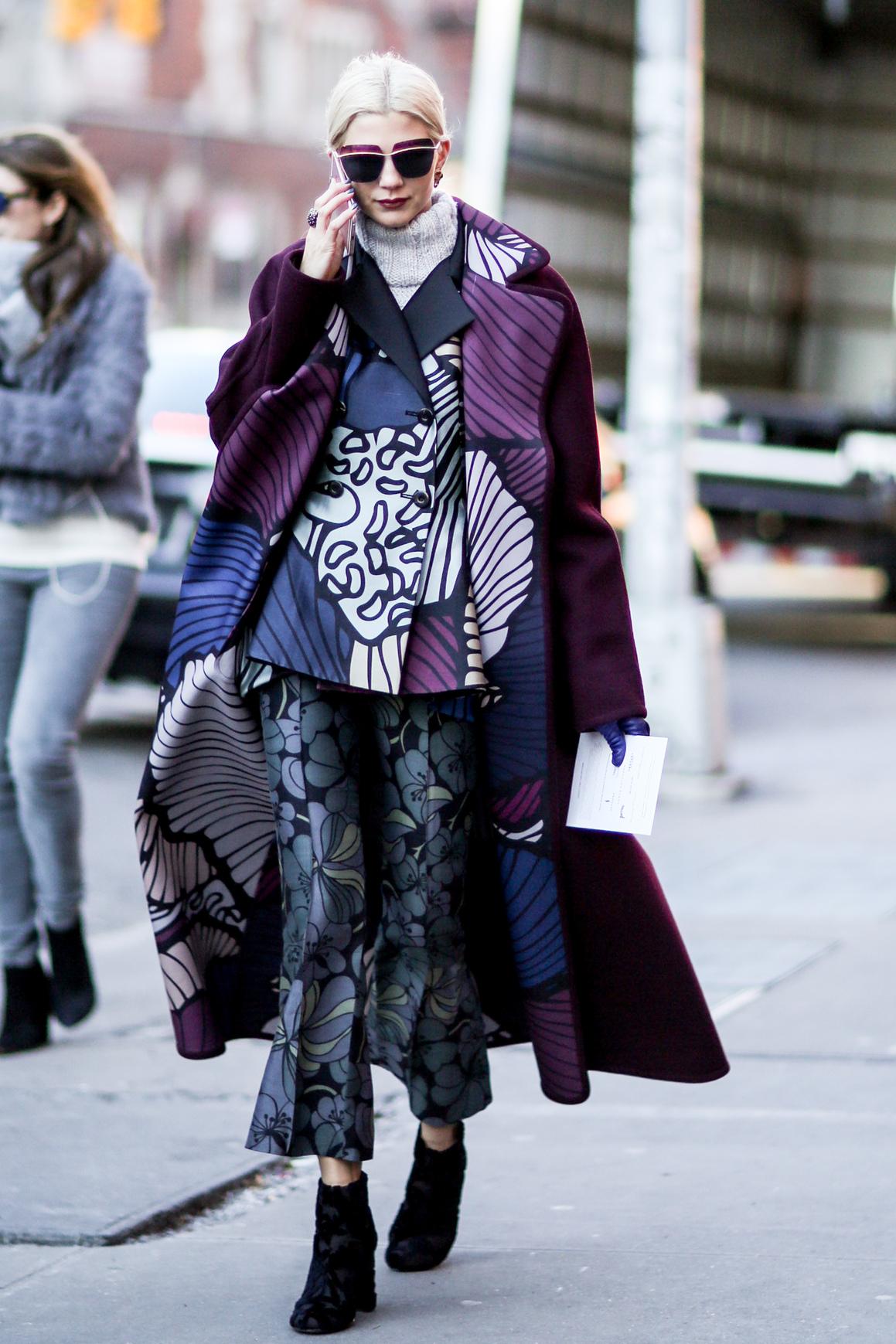 Kolorowa stylizacja z wzorzystymi spodniami