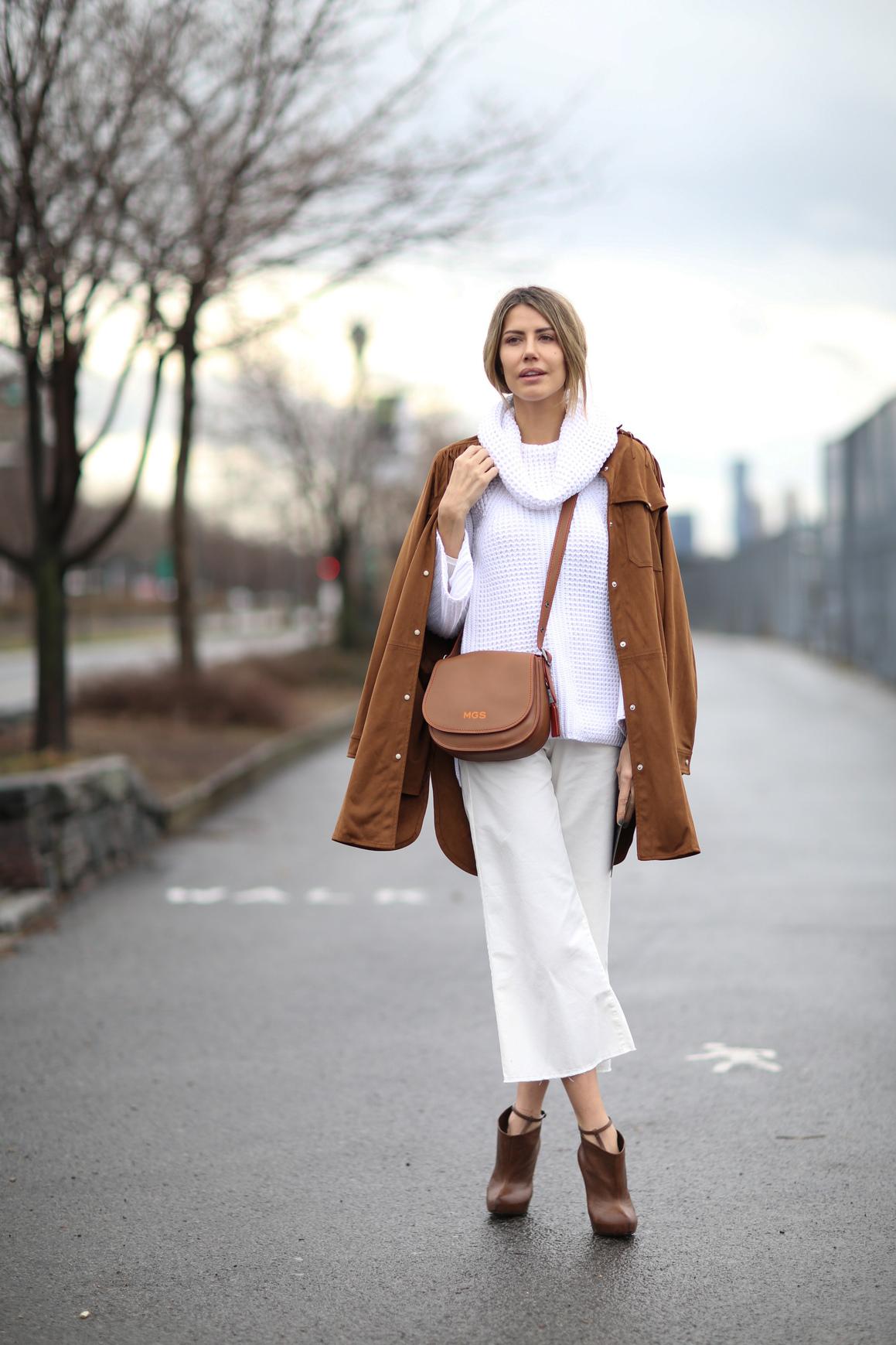 Stylizacja ze skórzaną torebką i beżowymi spodniami