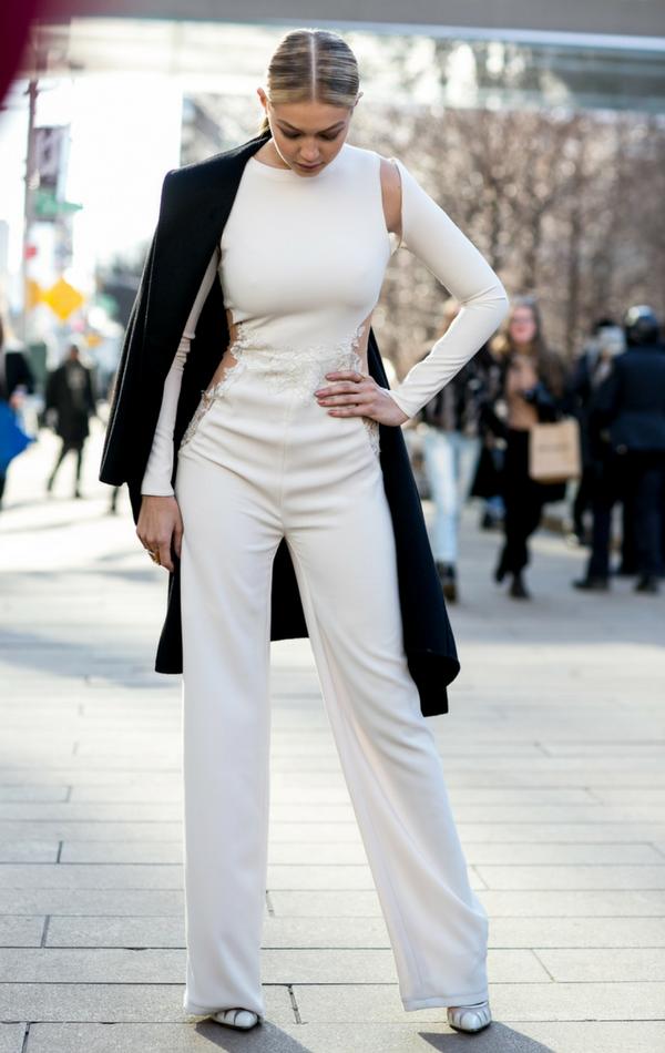 Gigi Hadid w podkreślającym figurę kombinezonie