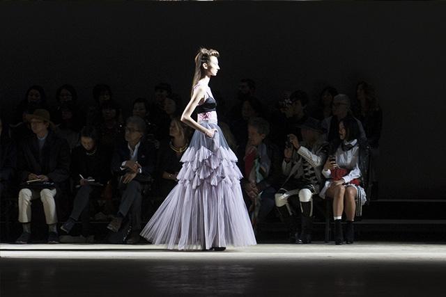 Dries Van Noten prezentuje kreację w modnym kolorze lilac gray