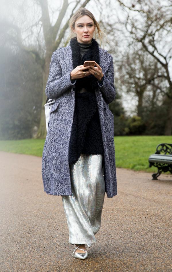 Metaliczną spódnicę możesz również zestawić z długim płaszczem