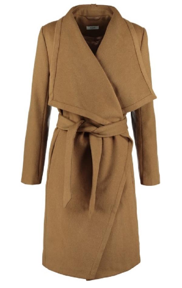 Beżowy płaszcz wiązany w pasie podkreśli Twoją talię