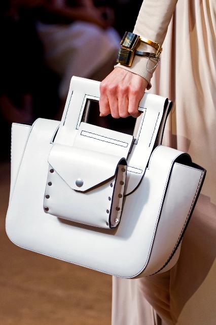 Biała torebka trapezowa z kieszonką z przodu