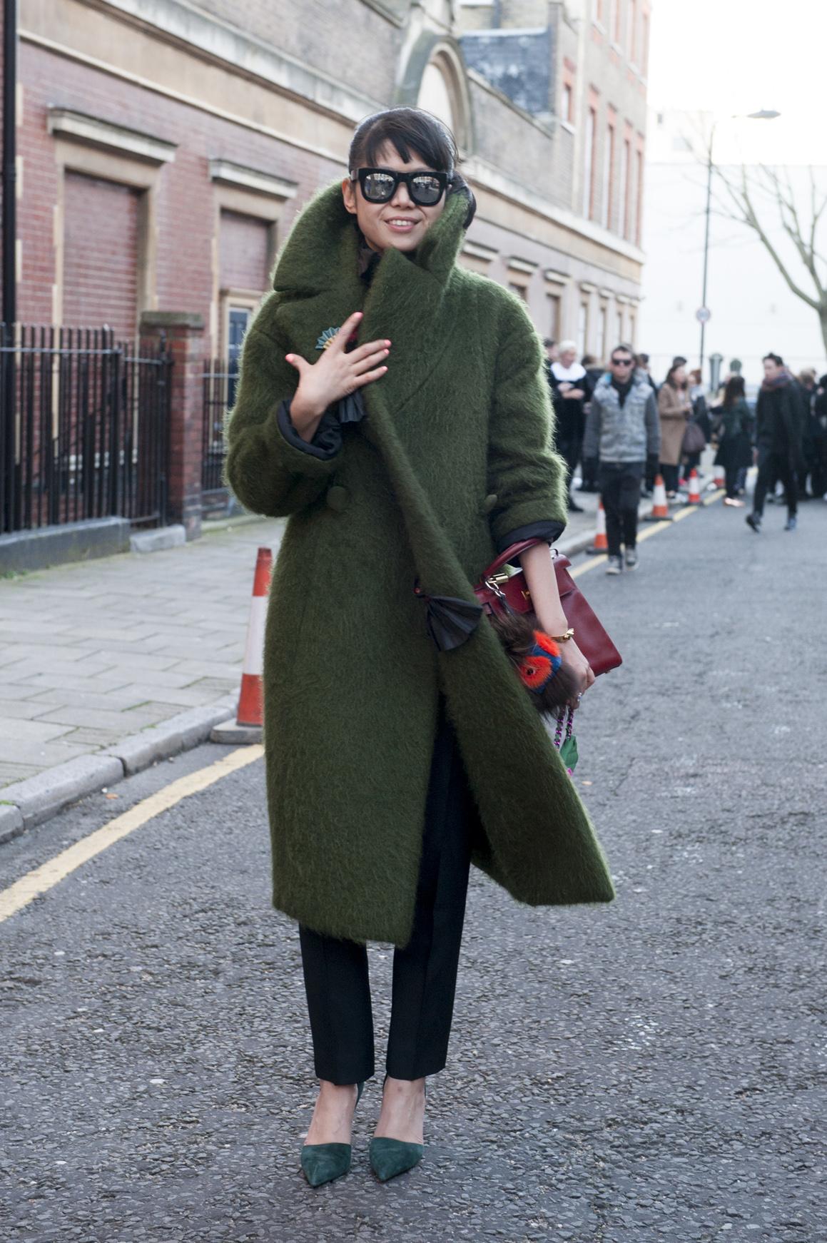 Płaszcz w kolorze khaki - mocny element stylizacji