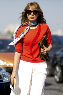 Stylowa chusta według francuskiej mody