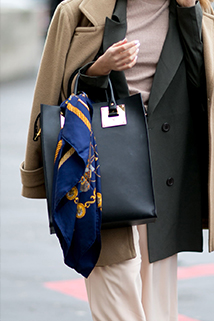 Nie tylko breloczek może zdobić twoją torebkę może to być również stylowa apaszka!