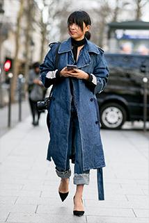 Jeansowy płaszcz w połączeniu z podwiniętymi jeansami prezentuje się świetnie