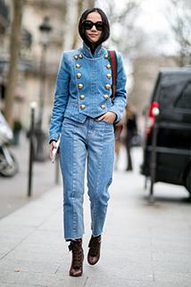 Jeasnowa marynarka dwurzędowa, a do tego luźniejsze jeansowe spodnie tworzące total look - to hit na ulicach Paryża!