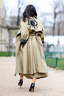 Długi płaszcz khaki z ciekawą naszywką na plecach