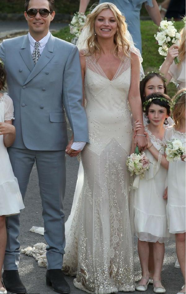 Suknia ślubna Kate Moss w stylu slip dress