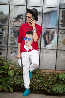 Białe spodnie z kontrastową czerwoną bluzą