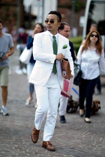 Biały garnitur w zestawieniu z zielonymi dodatkami