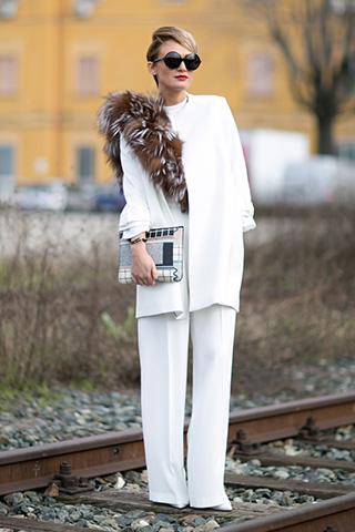Biały total look z eleganckim futrzanym elementem