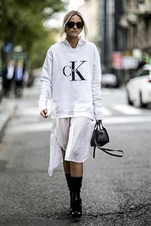 Szeroka bluza z kapturem z połączeniu z romantyczną długą spódnicą