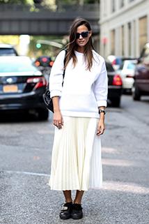 Szeroka bluza i długa plisowana spódnica w jednej stylizacji