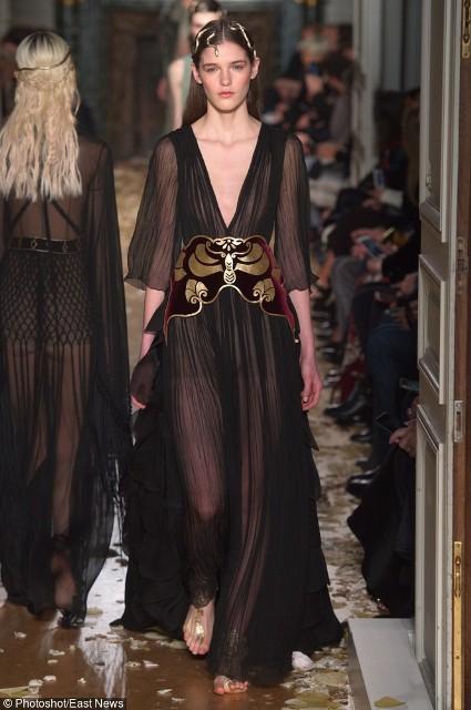 Czarna zwiewna sukienka z pasem