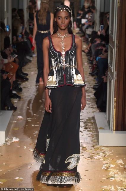 Czarna sukienka z kolorowymi detalami
