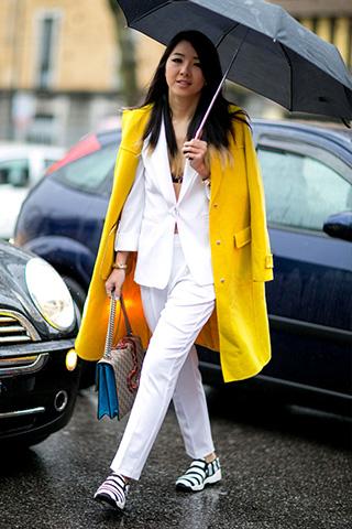 Żółty płaszcz plus biały garnitur i sneakersy