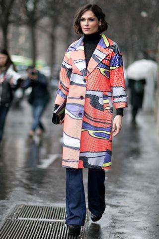 Kolorowy płaszcz w zestawie z ciemnymi dzwonami