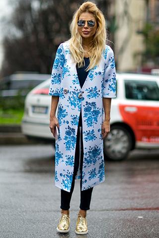 Biały płaszcz z rękawami 3/4 w niebieskie kwiaty