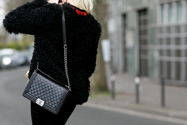 Klasyczna czarna torebka według paryskiej mody