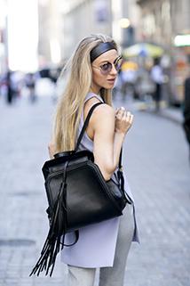Czarny plecak z frędzlami