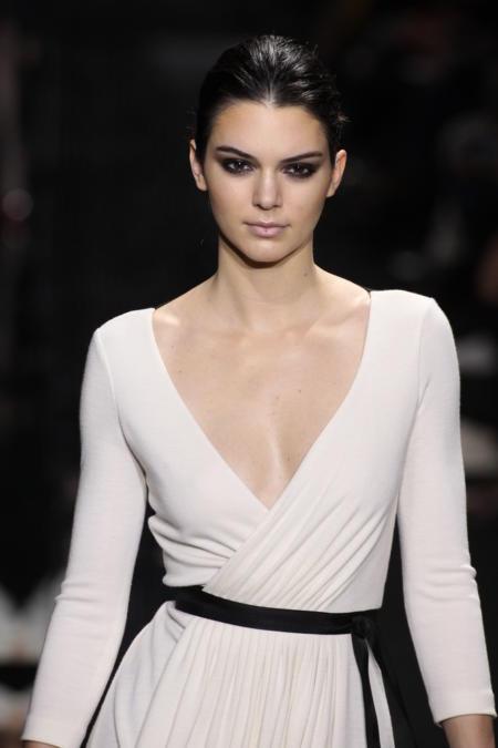 Kendall Jenner w białej sukience przewiązanej czarnym paskiem
