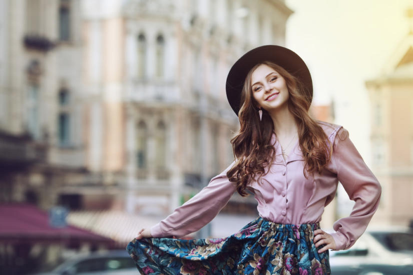 Spódnica w kwiatki i pastelowa koszula to mega kobiecy zestaw!