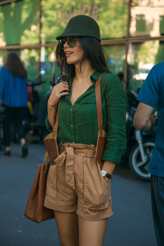 Shorty w kolorze jasnego brązu w połączeniu z zieloną koszulą