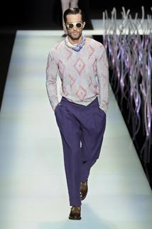 Szary sweter w połączeniu z fioletowymi spodniami