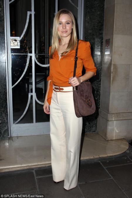 Kristen Bell z zamszową torebką w kolorze mahoniowym