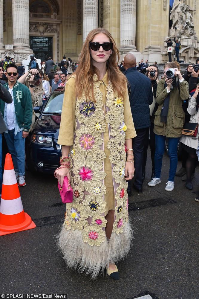 Blogerka Chiara Ferragni w długiej kamizelce z naszywkami