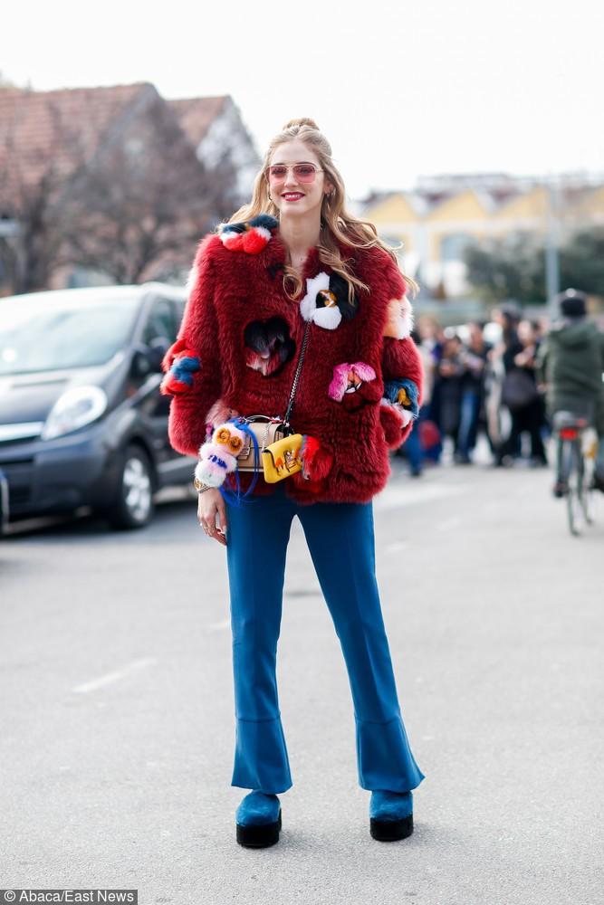 Blogerka Chiara Ferragni w burgundowym futrze z naszywkami