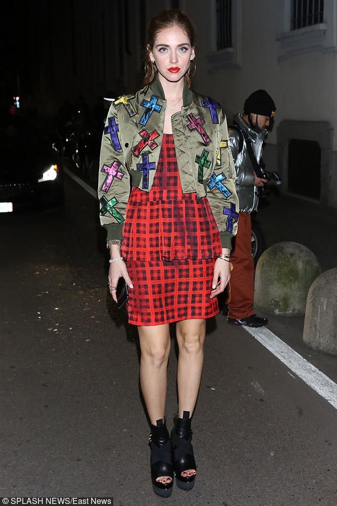 Blogerka Chiara Ferragni w kurtce khaki z naszywkami