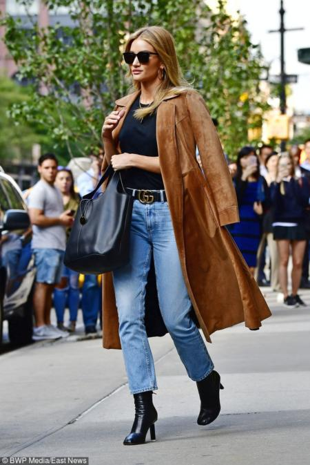 Modelka Rosie Huntington-Whiteley w zamszowym płaszczu