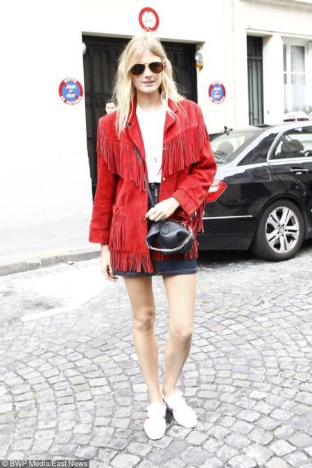 Constance Jablonski w czerwonej zamszowej kurtce z frędzlami