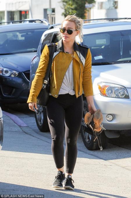 Hilary Duff w zamszowej ramonesce