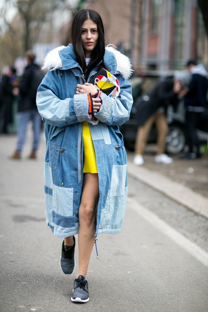 Sportowa stylizacja z jeansowym płaszczem