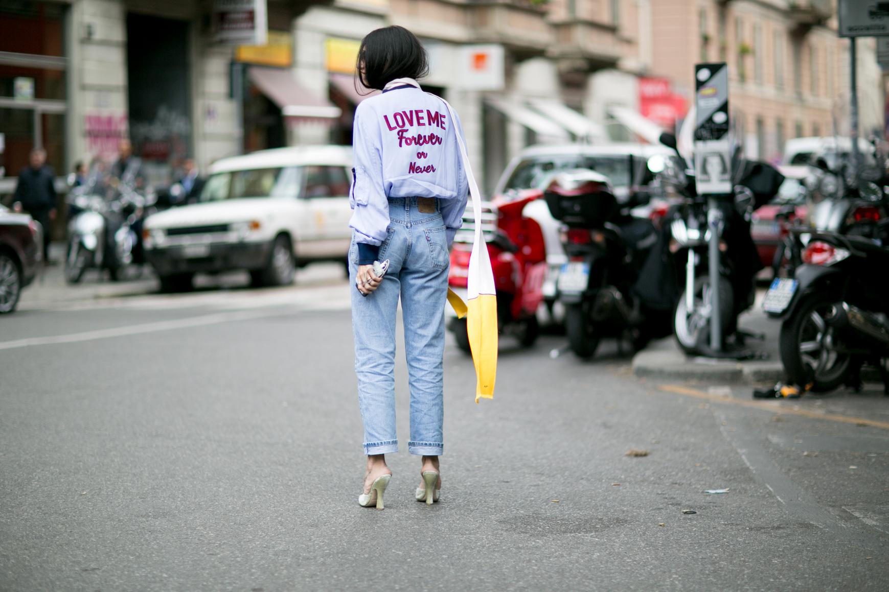 Kurtka z naszywkami podczas Tygodnia Mody w Mediolanie