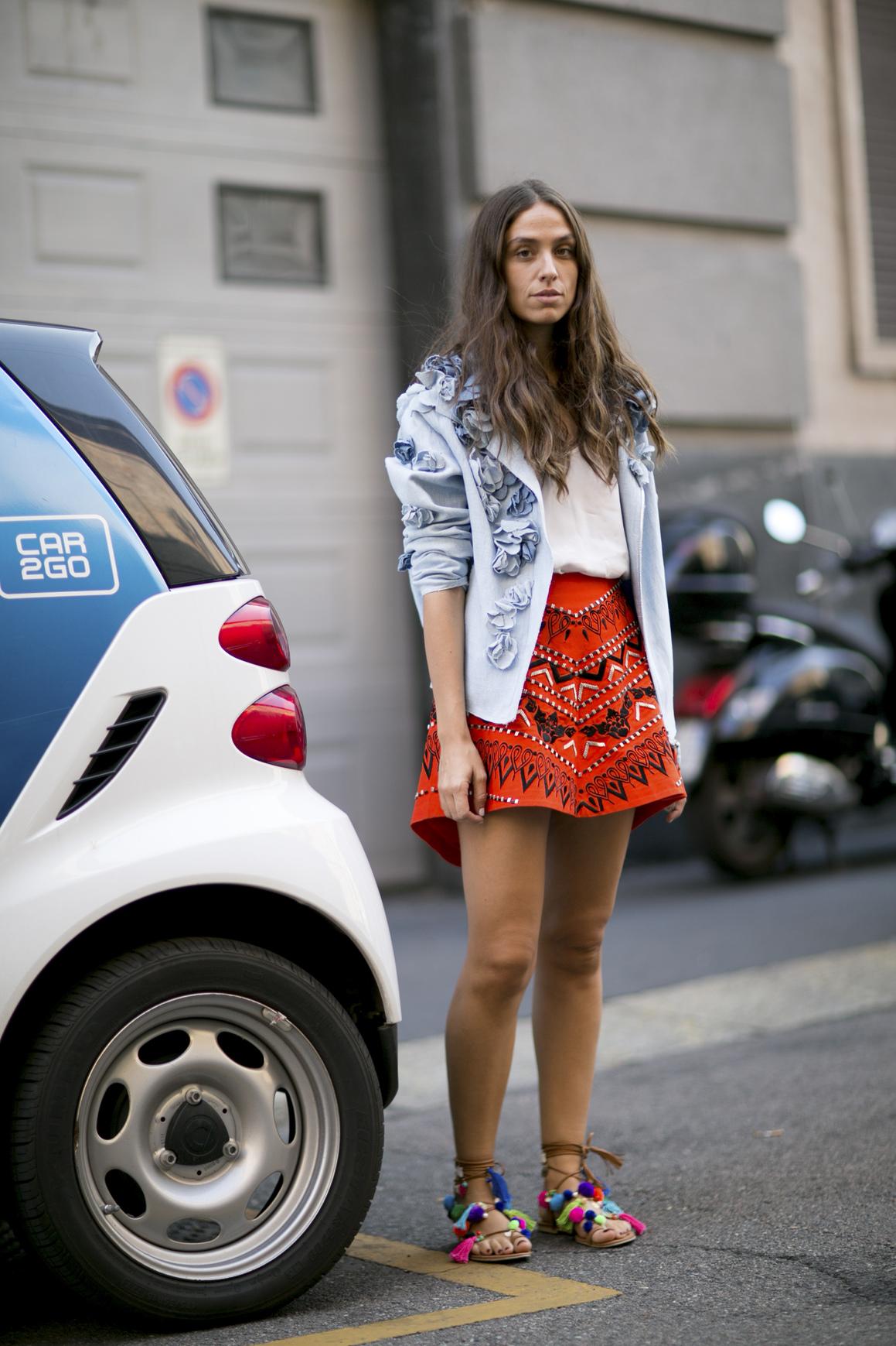 Stylizacja z kurtką jeansową w różyczki i haftowaną spódnicą