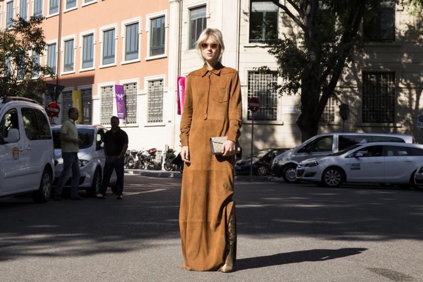 Zamszowa sukienka podczas Tygodnia Mody w Mediolanie
