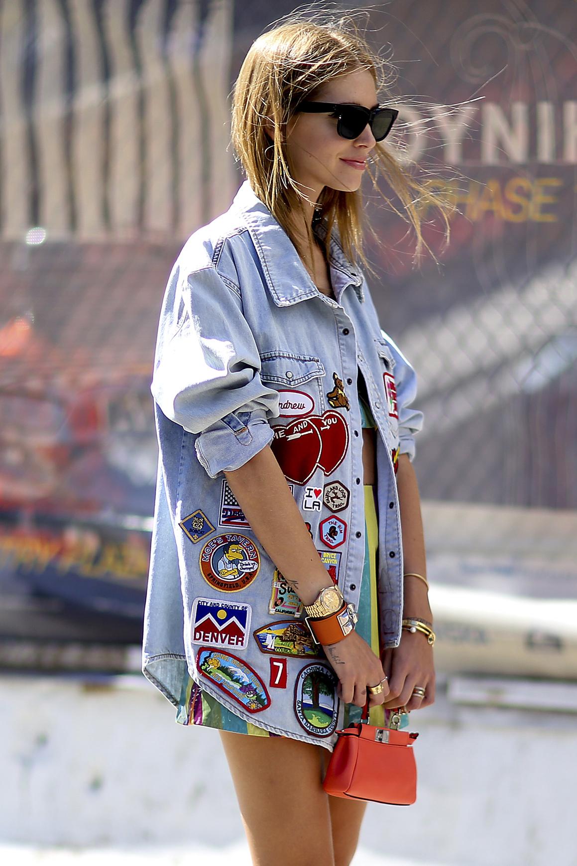 Jeansowa kurtka oversize z naszywkami podczas Tygodnia Mody w Nowym Jorku